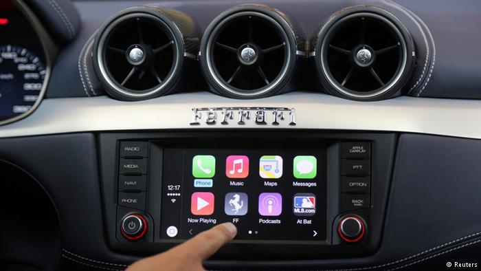 کارپلِی (CarPlay)، محصول اپل که برای استفاده از قابلیتهای گوشیهای آیفون روی خودرو نصب میشود