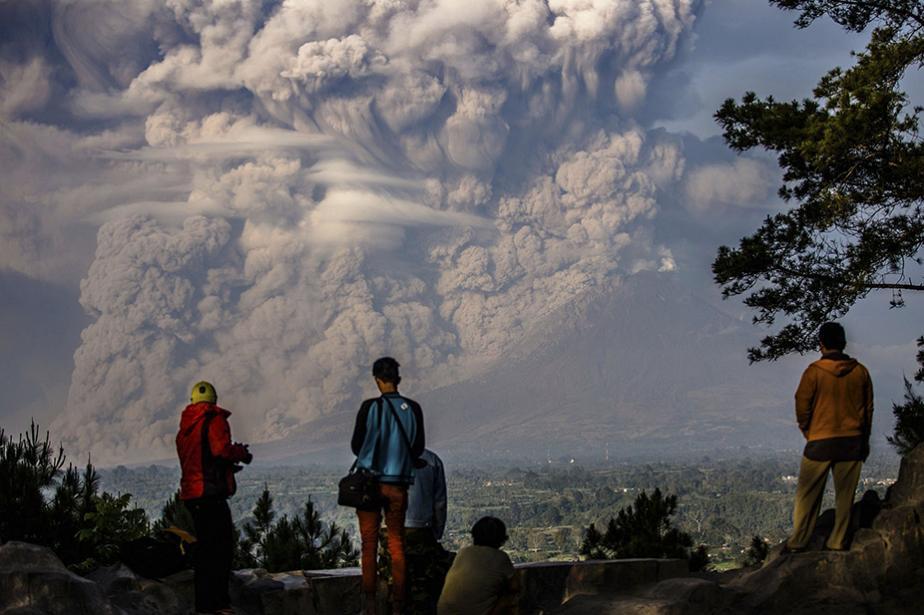 indonesia-mount-sinabung-volcano-erupts