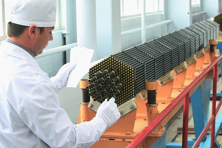 جایگیری لولههای سوخت جهت انتقال به راکتور هستهای